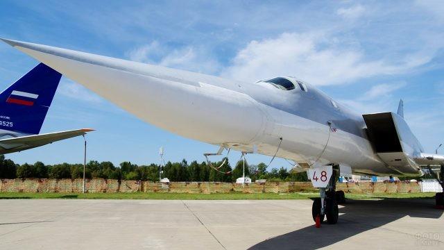 Дальний сверхзвуковой ракетоносец-бомбардировщик Ту-22М3 на выставке в День ВВС