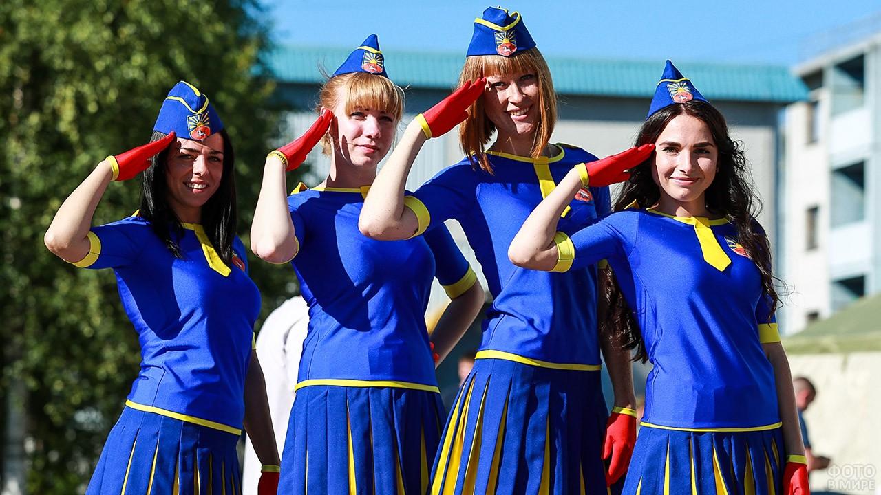Девушки в костюмах к Дню ВВС на аэродроме в Ленобласти