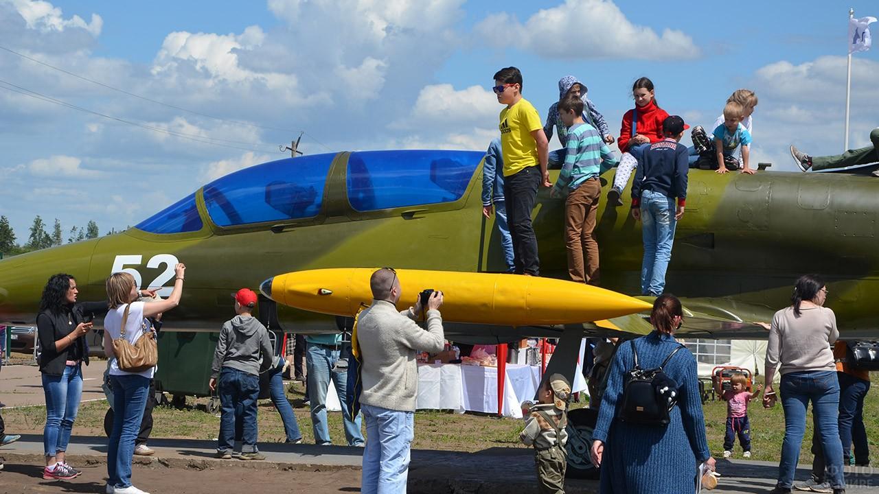 Гости авиашоу на самолёте и вокруг него в День ВВС в Воронеже