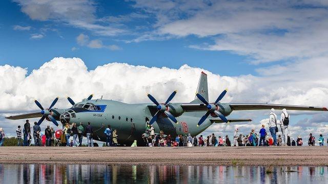 Гости праздника в День ВВС у самолёта-экспоната выставки