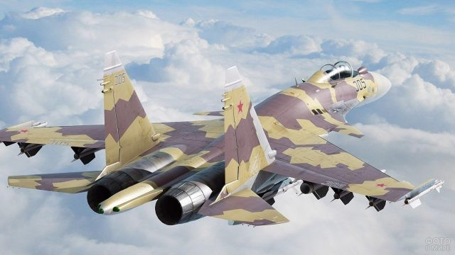 Истребитель ВВС в камуфляжной раскраске над линией облаков
