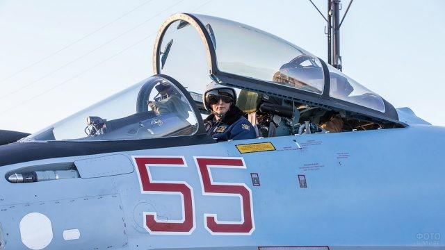 Лётчик в кабине истребителя Су-35