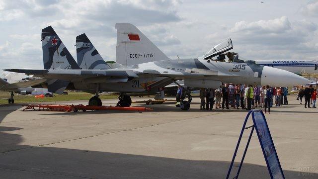 Многоцелевой всепогодный истребитель Су-27 на выставке в День ВВС