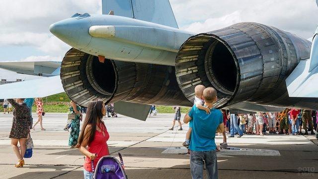 Молодая семья на выставке в День ВВС