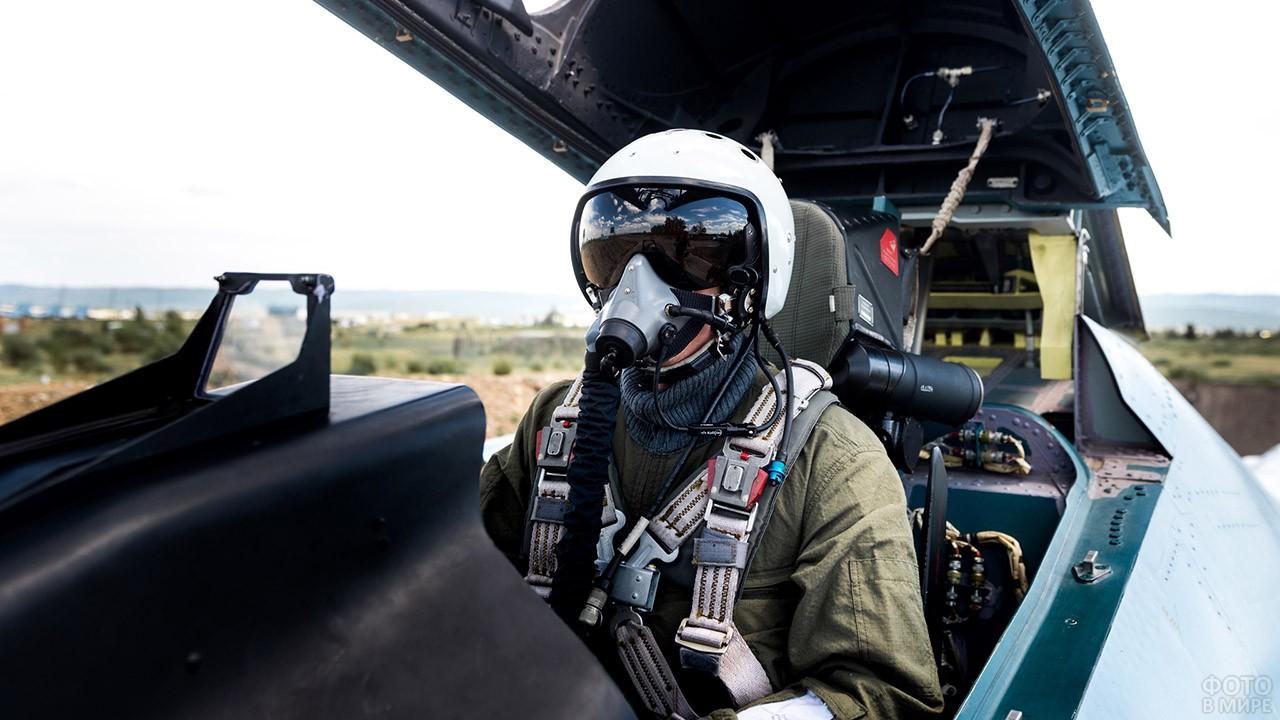 Пилот ВВС России в кабине истребителя