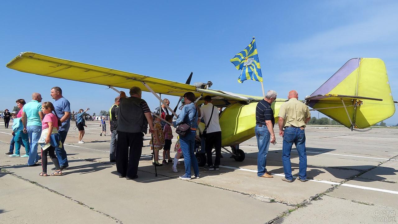 Ретро-самолёт с флагом ВВС России на авиабазе