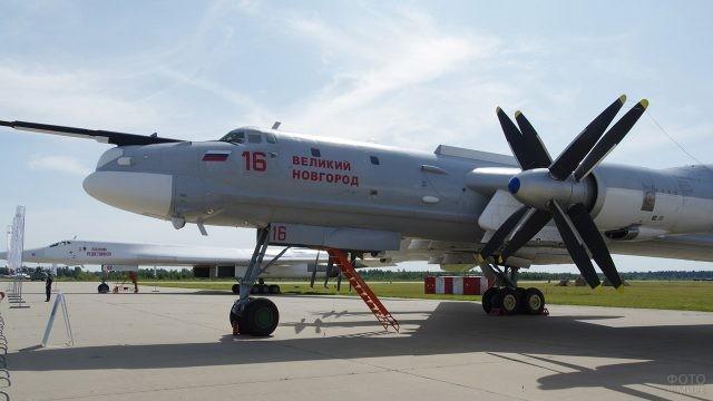 Стратегический бомбардировщик Ту-95МС на выставке в День ВВС