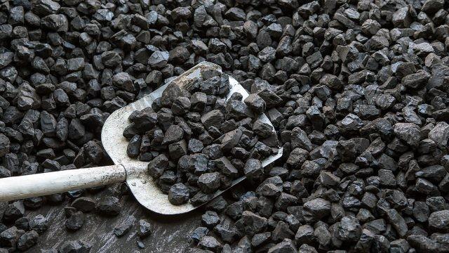 Лопата в россыпи угля