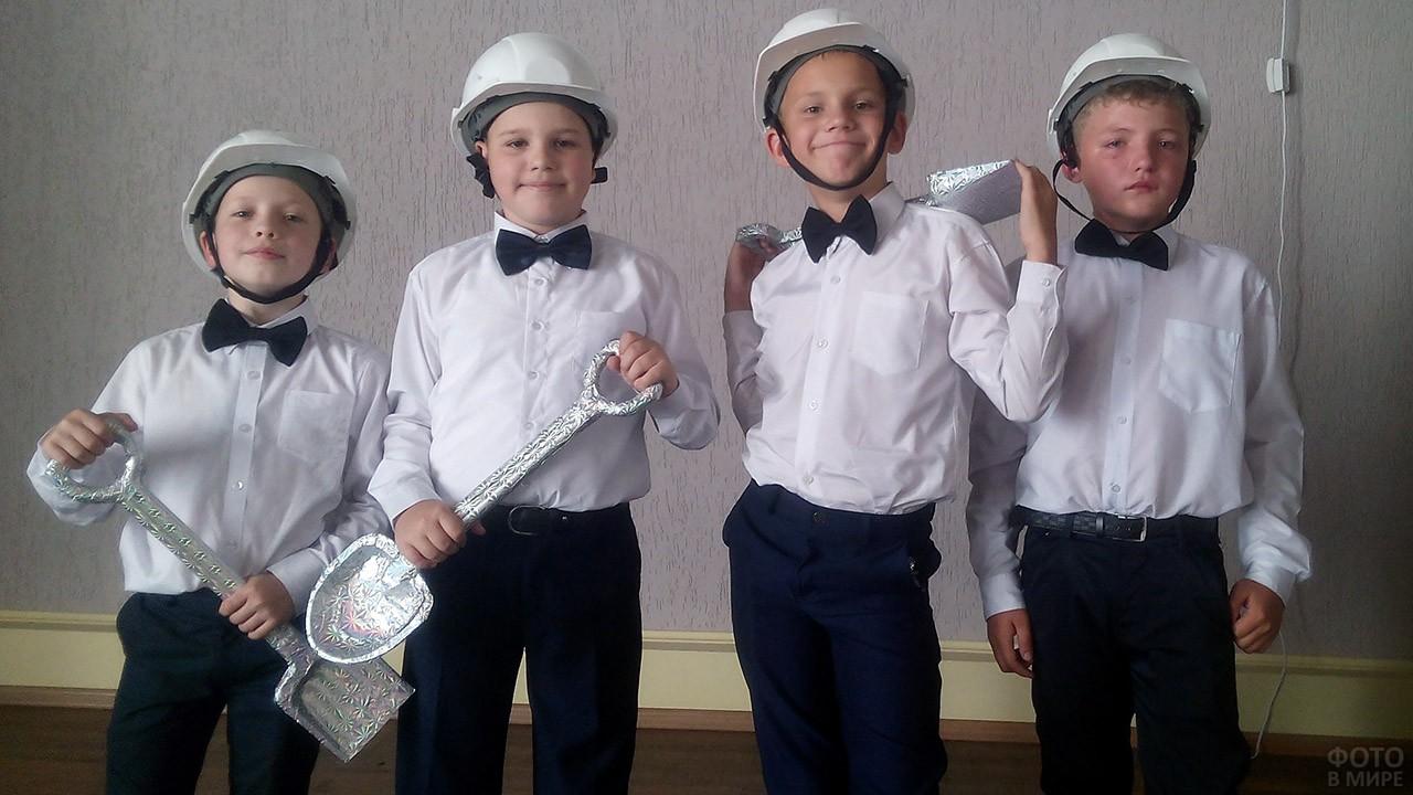 Мальчишки перед выступлением в День шахтёра