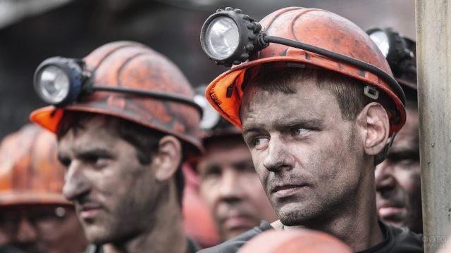 Молодой шахтёр среди товарищей