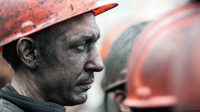 Профиль шахтёра в каске