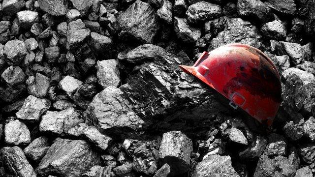 Шахтёрская каска на глыбах угля