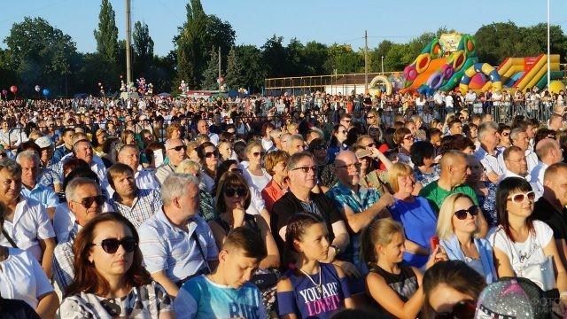 Зрители городского концерта в День шахтёра в Павлограде