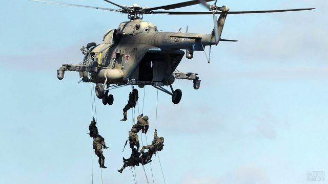 Десантирование с вертолёта во время учений