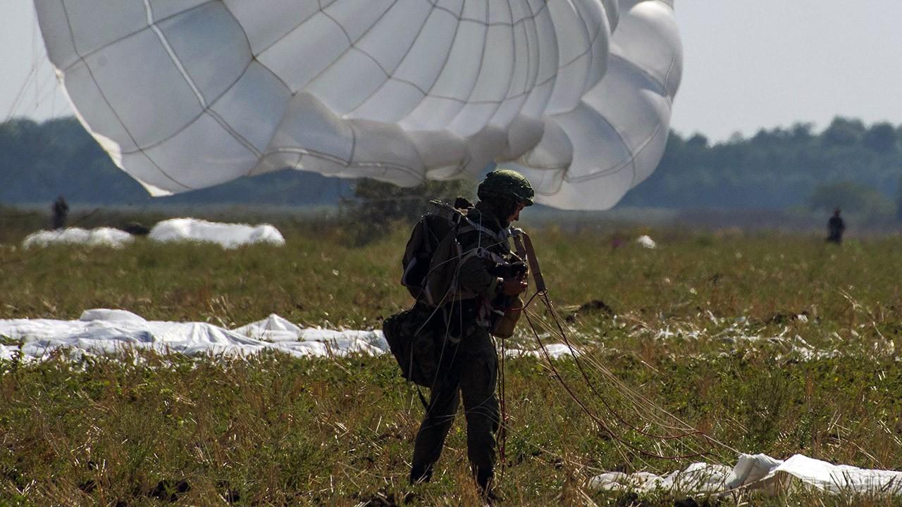 Десантник на фоне купола парашюта