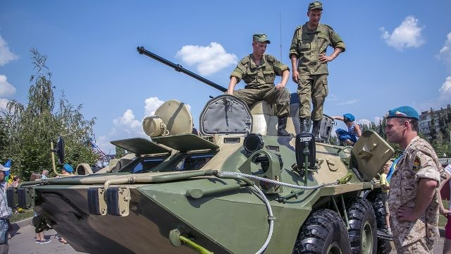 Десантники демонстрируют бронетранспортёр на городском празднике