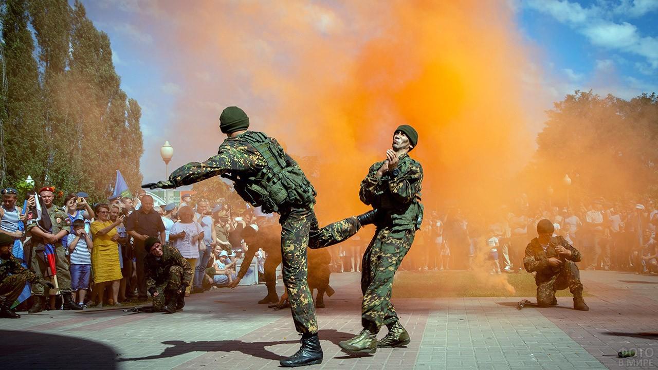 Десантники демонстрируют приёмы рукопашного боя на городском празднике