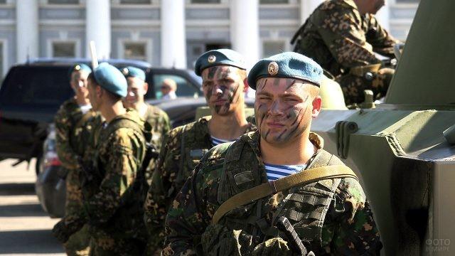 Десантники в камуфлирующей раскраске на параде военной техники