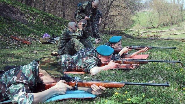 Десантники во время учений на стрельбище
