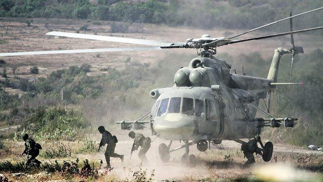Десантники выпрыгивают из вертолёта