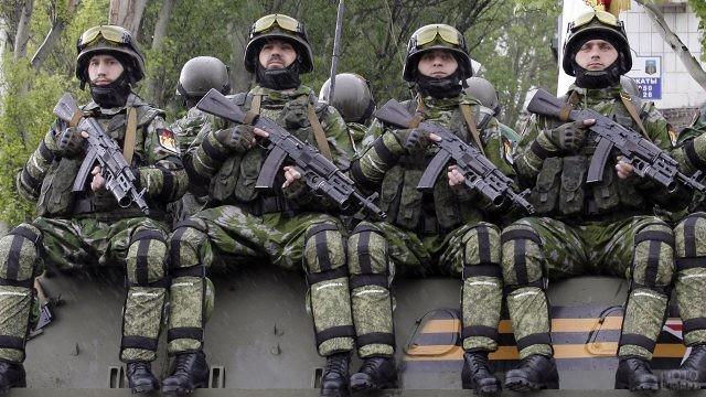 Группа десантников с автоматами
