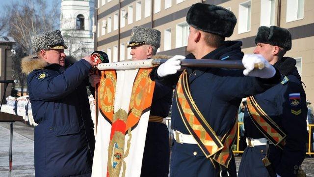 Командующий ВДВ прикрепляет гвардейскую ленту на знамя училища ВДВ