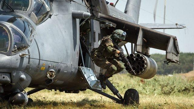 Солдат ВДВ выпрыгивает из вертолёта