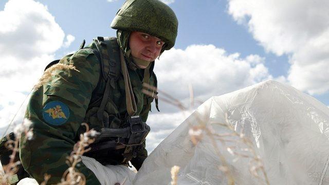 Только что приземлившийся российский десантник