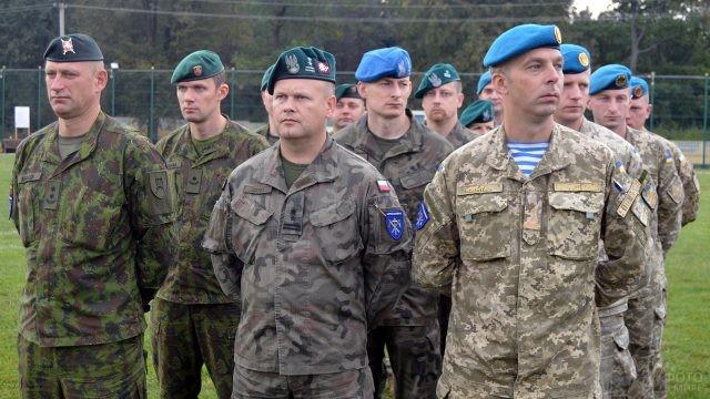 Участники командно-штабных учений десантников разных стран