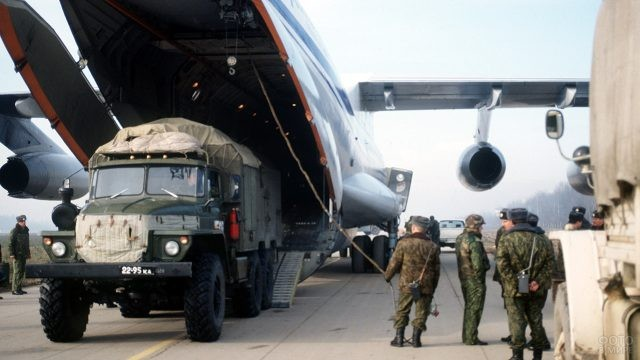 Выгрузка спецтехники ВДВ из грузового самолёта