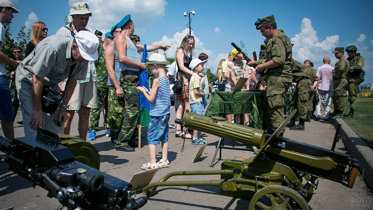 Выставка под открытым небом в День рождения Крылатой пехоты