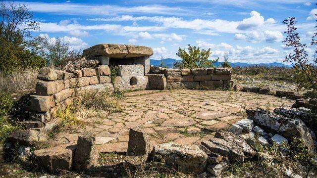 Дольмен с каменной круглой площадкой