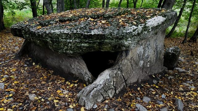 Дольмен усыпан осенней листвой
