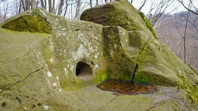 Дольмен в Мамедовом ущелье в Сочи