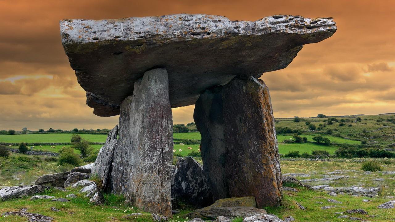 Мегалит на полях Ирландии