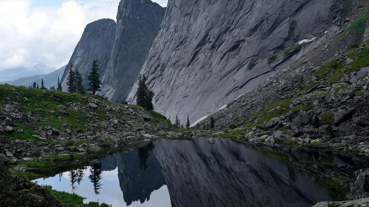 Чёрные горы отражаются в озере