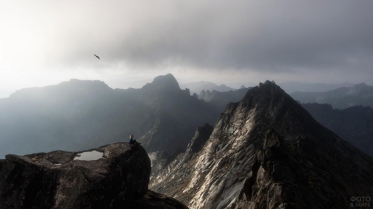 Девушка на краю скалы