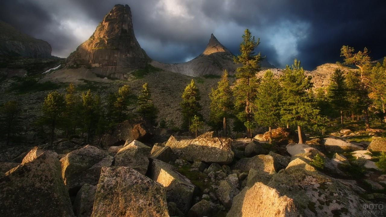 Пасмурное небо над необычной скалой