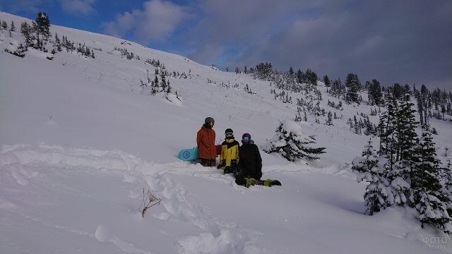 Сноубордисты на зимнем склоне Ергаки