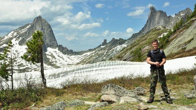 Турист на фоне гор в снегу
