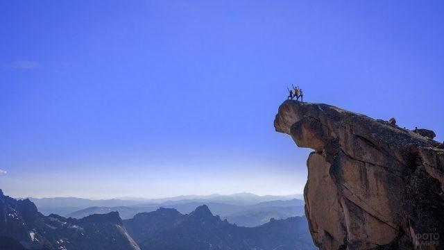 Туристы на вершине Зуба Дракона
