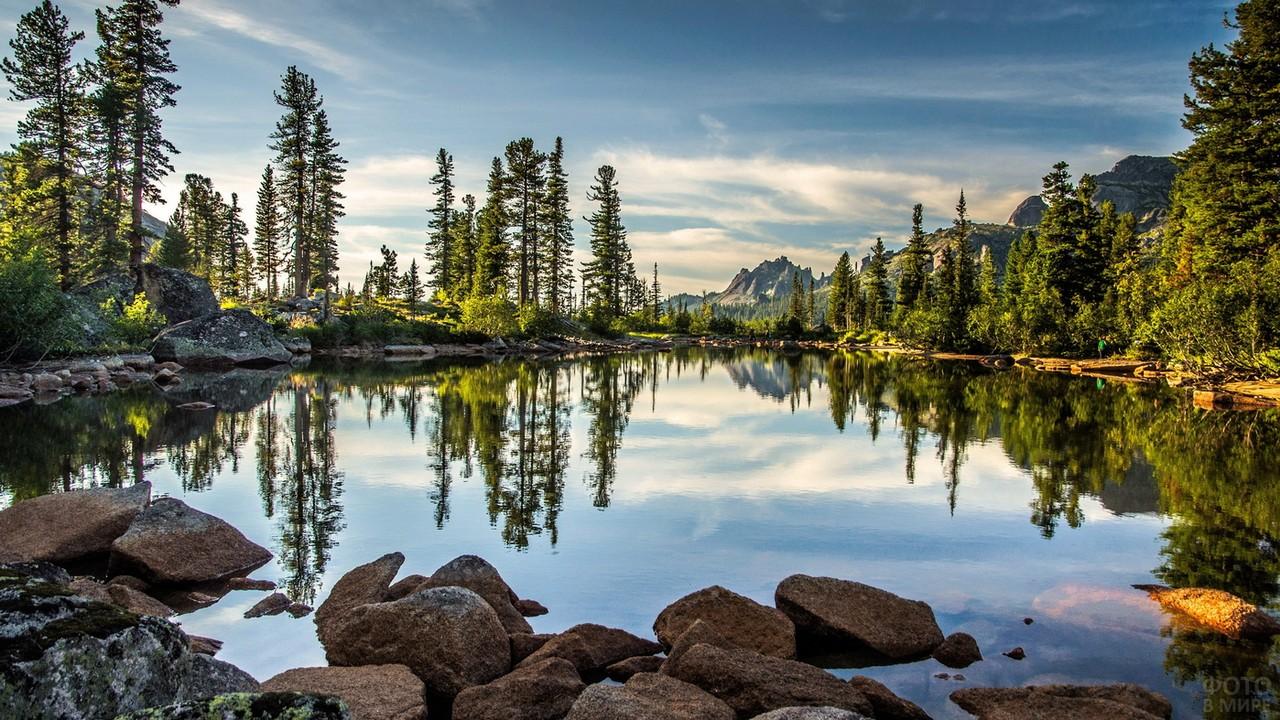 Вид с берега на озеро Лазурное