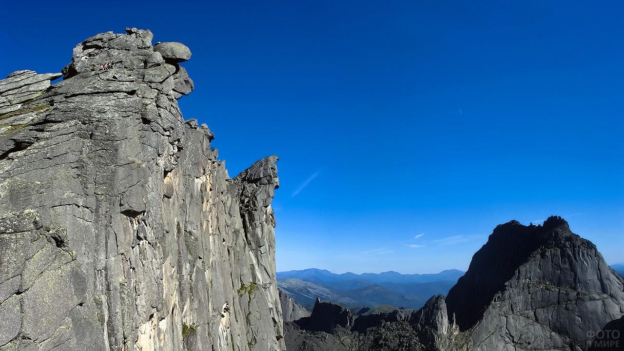 Вид снизу на гору Птица