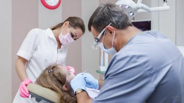 Ассистентка помогает стоматологу в работе