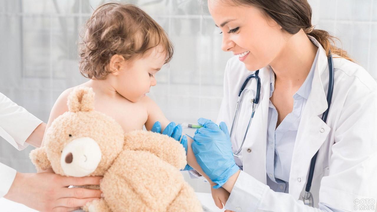 Детская медсестра ставит прививку ребёнку