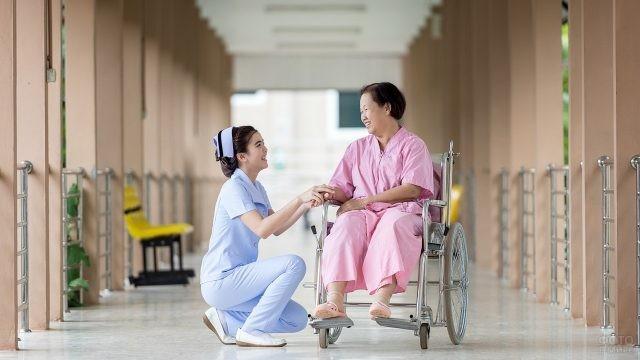 Японская медсестра рядом с пациентом