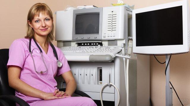 Медицинский сотрудник в кабинете УЗИ