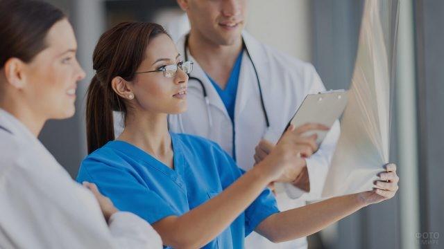 Медперсонал рассматривает рентген-снимок