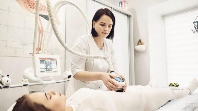 Медсестра косметологического кабинета за работой