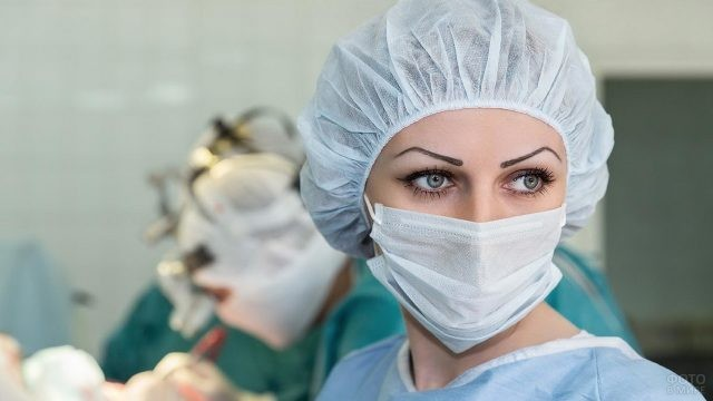 Операционная медсестра с яркими глазами